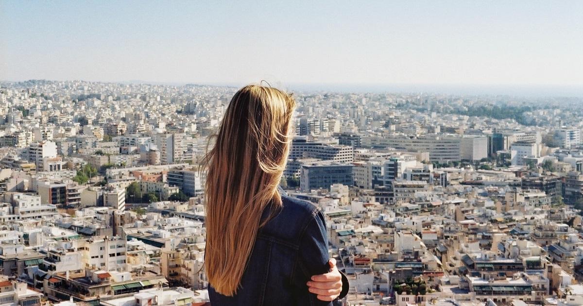 風景を眺める女性